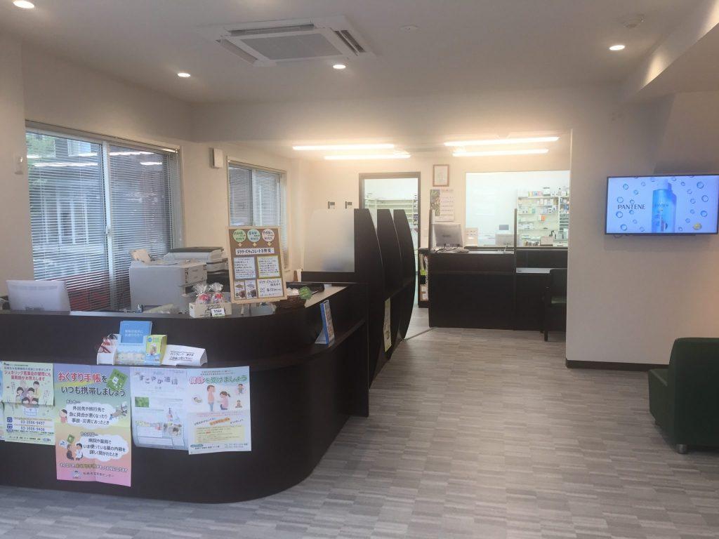アップル薬局 船橋店 白を基調とした待合室