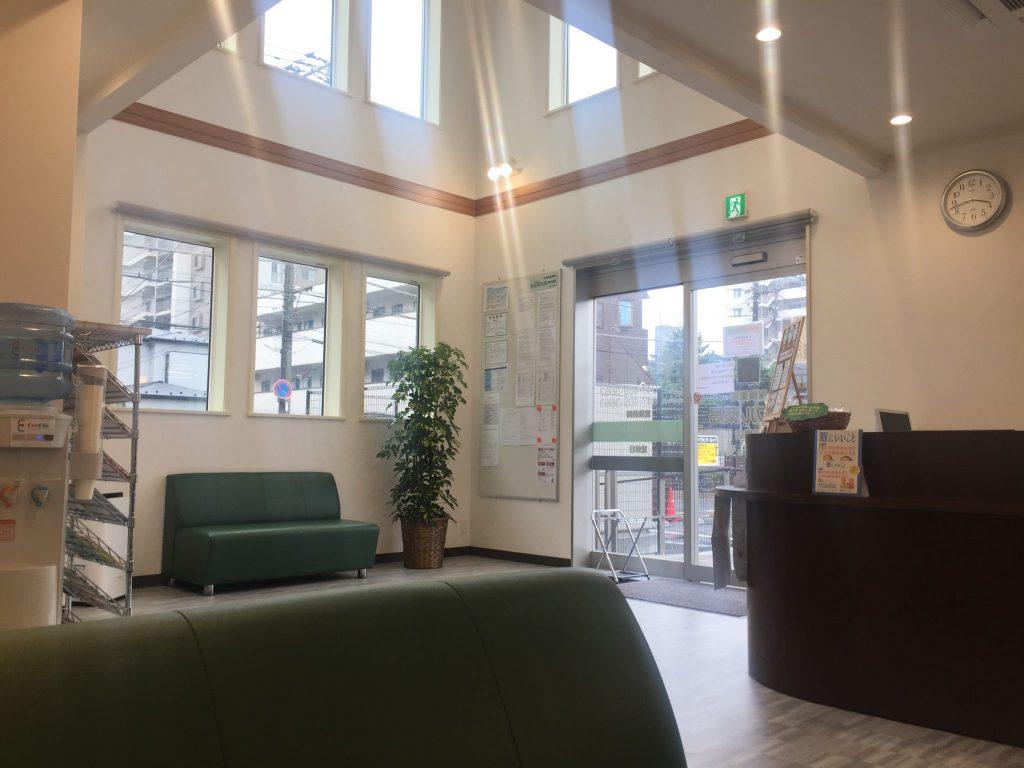 アップル薬局 船橋店 吹き抜けのある待合室